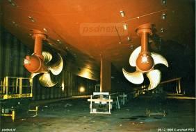 Een foto van het onderwaterschip van de dubbeldeksveerboot Prins Johan Friso. We zien goed de draaibare thrusters.