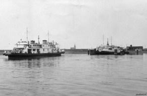 Kruiningen met verbouwde en onverbouwde veerboot