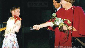Na de doop door staatshoofd Beatrix werd het doopbijltje overhandigd.