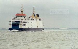 De veerboot Koningin Beatrix (1993) nadert Breskens, terwijl we op de achtergrond de Prins Johan Friso (1997) Vlissingen zien binnenvaren.