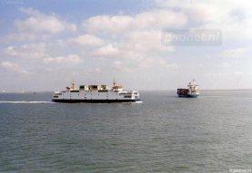 De Koningin Beatrix passeert zusterschip Prins Johan Friso op de Westerschelde tussen Vlissingen en Breskens.