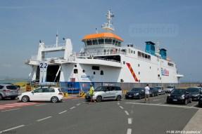 De Acciarello in Piombino, rechts stellen auto's zich op bij het wachten op de veerboot van Blu Navy.