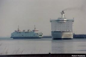 De dubbeldeksveerboot Prinses Juliana verbleekt naast de jumbo-ferry van de tweede generatie van Olau.