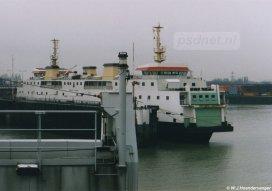 De Koningin Beatrix nadert de fuik van Vlissingen. Naast de fuik ligt de dubbeldeksveerboot Prinses Juliana (1986).