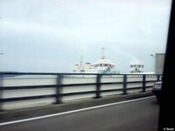 De Juliana gezien vanuit de auto op de fly-over bij de aanleginrichting van Vlissingen.