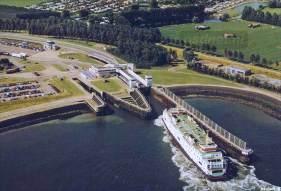Een ansichtkaart van Breskens met een luchtfoto van de veerhaven die in 1958 werd aangelegd.