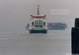 Net als op Vlissingen-Breskens moesten de veerboten op Kruiningen-Perkpolder dagelijks manoeuvreren tussen de grote zeeschepen.