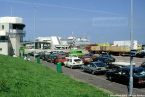In de zomer stonden de veerpleinen vaak vol en waren er files op de toegangswegen naar de boot. Hier zien we een beeld uit de jaren 80 met de nieuwe infrastructuur voor dubbeldeksveerboten, inclusief de dubbeldekker zelf.