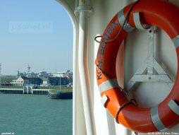 Een reddingsboei aan boord van de dubbeldeksveerboot Koningin Beatrix.