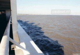 De schaduw van de veerboot Koningin Beatrix tussen Breskens en Vlissingen.
