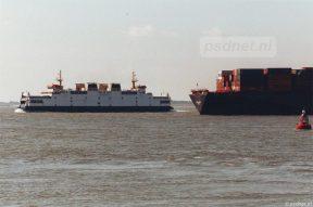 Schepen op de Schelde, waaronder de veerboot Koningin Beatrix van de veerdienst Vlissingen-Breskens.