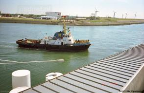 Vanaf de veerboot was er altijd wel iets te zien, bijvoorbeeld deze havensleepboot in de Buitenhaven van Vlissingen in 1994.