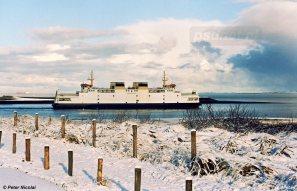 De witte veerboot Koningin Beatrix in een eveneens wit landschap in Breskens. Op de achtergrond zien we de besneeuwde duintoppen van Walcheren.