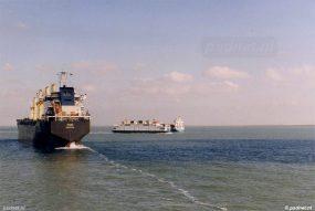 De veerboot maneuvreert zich een weg tussen de drukke scheepvaart op de Westerschelde.