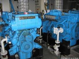 In de machinekamer van de Prins Johan Friso zijn naast de hoofdmotoren ook hulpmotoren te vinden.
