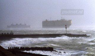 Op 27 oktober 2002 vaart de Koningin Beatrix van Breskens naar Vlissingen, maar slaagt daar er niet in om aan te leggen in de fuik. Daarop keert de Beatrix terug naar Breskens. Hier zien we de veerboot in extreme omstandigheden varen.