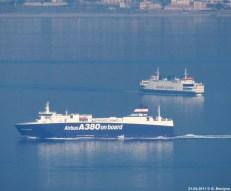 De Tremestieri (Koningin Beatrix) passeert een schip met onderdelen van Airbus-vliegtuigen aan boord.