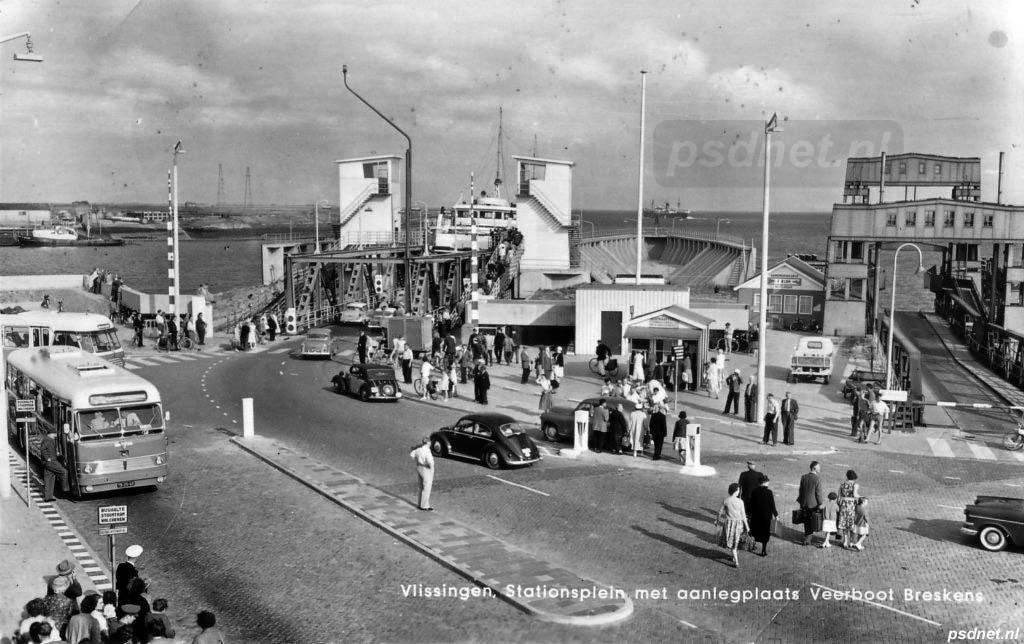 Het stationsgebied van Vlissingen met de aanlegsteigers voor het autoveer naar Breskens