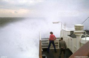 'Paaltjes pikken', zo werd het scheppen van een hoop buiswater genoemd bij de PSD. Hier solliciteren twee passagiers naar een nat pak op een van de Prinsessenboten.