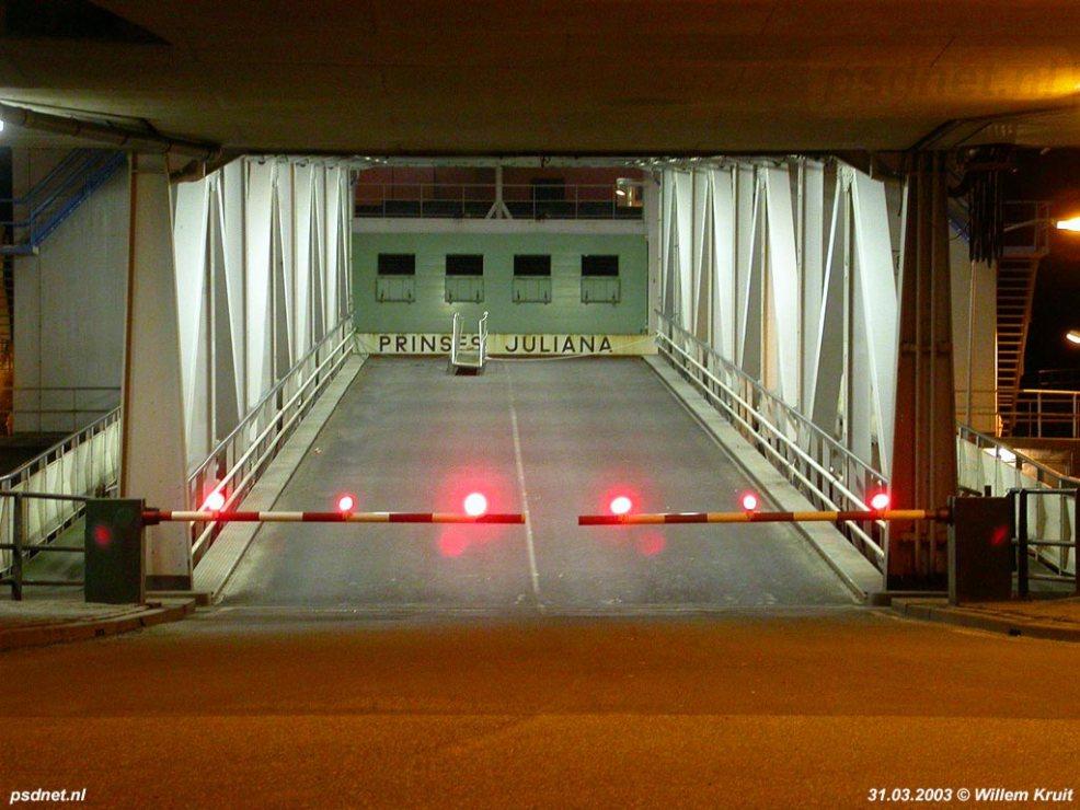 Auto's mogen sinds 14 maart 2003 niet meer mee met de veerdiensten over de Westerschelde. Hier vaart de Prinses Juliana als 'fast ferry' / voetveer. Foto: © Willem Kruit