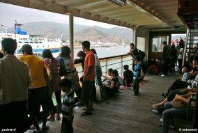 Net Zeeland! De passagiers aan het dek van de voormalige Prinsessenboot Margriet in Indonesië.