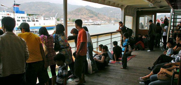 Passagiers aan dek