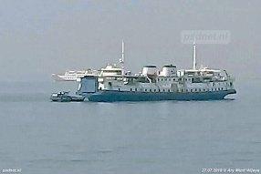 De SMS Kartanegara op de rede van Merak met een bunkerbootje langszij om vers drinkwater te bunkeren.