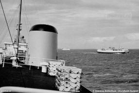 Vanaf het topdek (ook wel schoorstenendek genoemd) van de Prinses Margriet zien we zusterschip Prinses Beatrix passeren.
