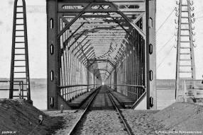Al in 1872 wordt de eerste brug over het Hollandsch Diep geopend, in 1936 pas de eerste autobrug.