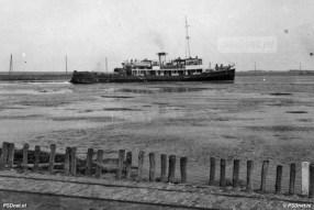 De Koningin Emma verlaat tijdens de Oorlog de haven van Breskens en zet koers naar Vlissingen