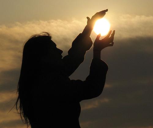 ragazza che carezza il sole