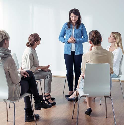 Una mujer tiene ansiedad por fobia social - Psicologia Flexible