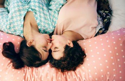 Homosexualitat: Dues dones es fan un petó - Psicologia Flexible