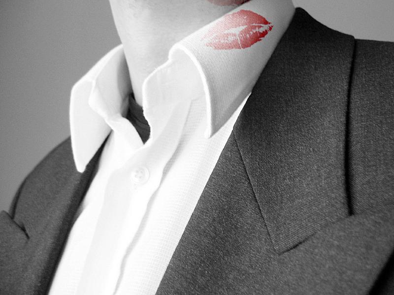 lipstickOnCollar