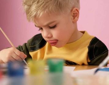 ¿Por qué los niños sacan la lengua cuando están muy concentrados?