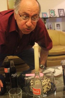Antonio Vélez apagando la vela de su pastel de cumpleaños