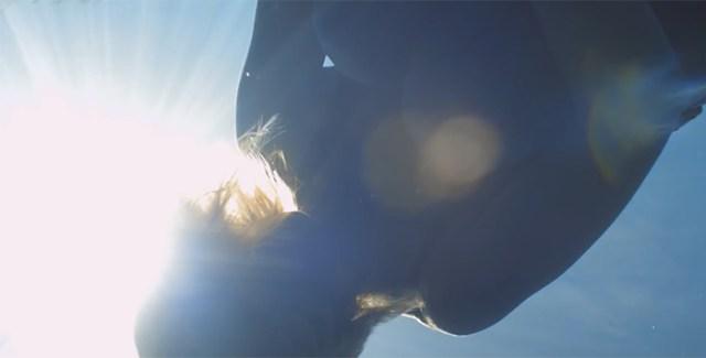 alice Modolo, son entrée de le clip de Naughty Boy