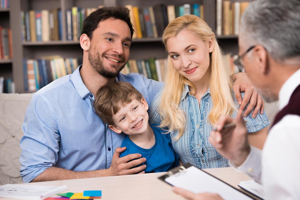 Familia harmoniosa tras estar recibiendo terapia familiar