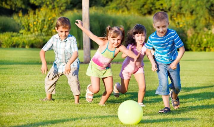 Niños que sufren de hiperactividad desenvolviéndose en un entorno saludable