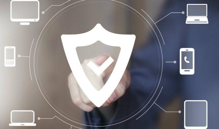 Simbolo en computadora de protección y privacidad garantizada