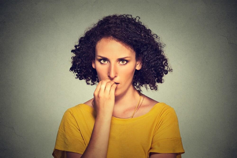 Mujer con miedo a enfrentarse al mundo ya que sufre de fobia social