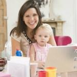 Mujer compartiendo tiempo con su hija, manteniendo un buen equilibrio entre la vida personal y profesional