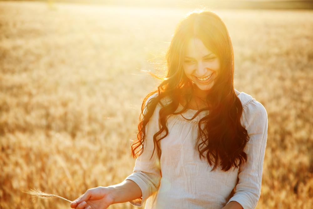 Chica radiante y feliz después de haber superado la depresión