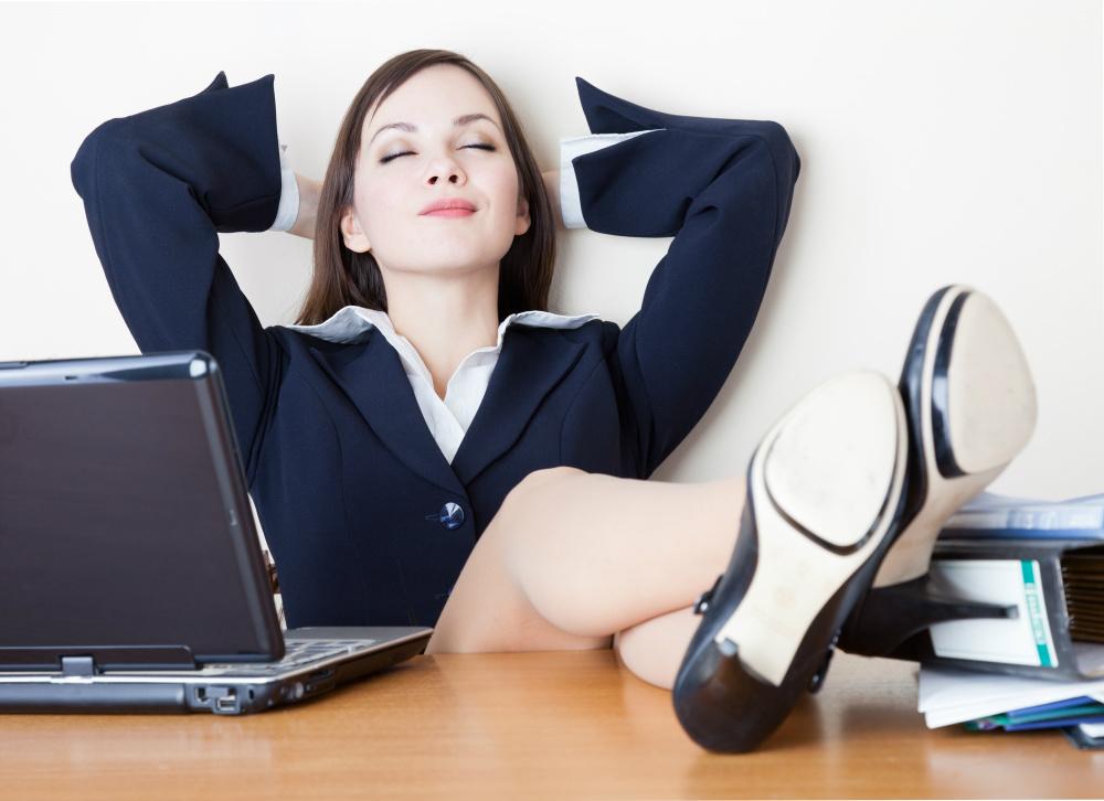 Chica satisfecha después de haber encontrado la felicidad en el trabajo