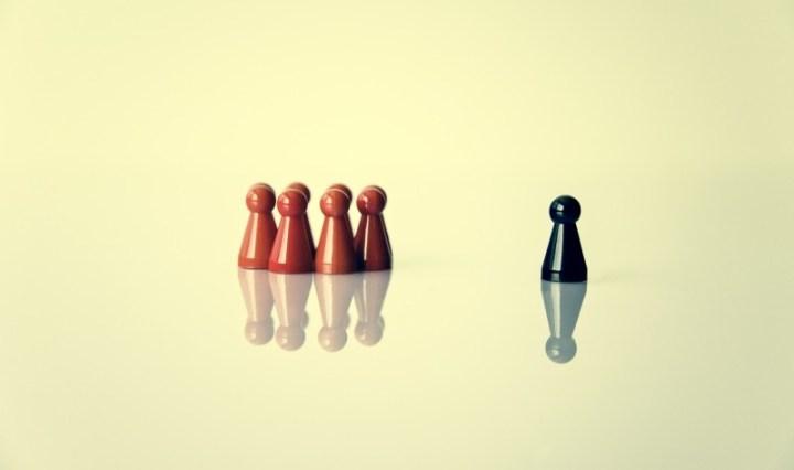 Figuras de ajedrez de diferente color, mostrando el valor del liderazgo y la gestión de personas