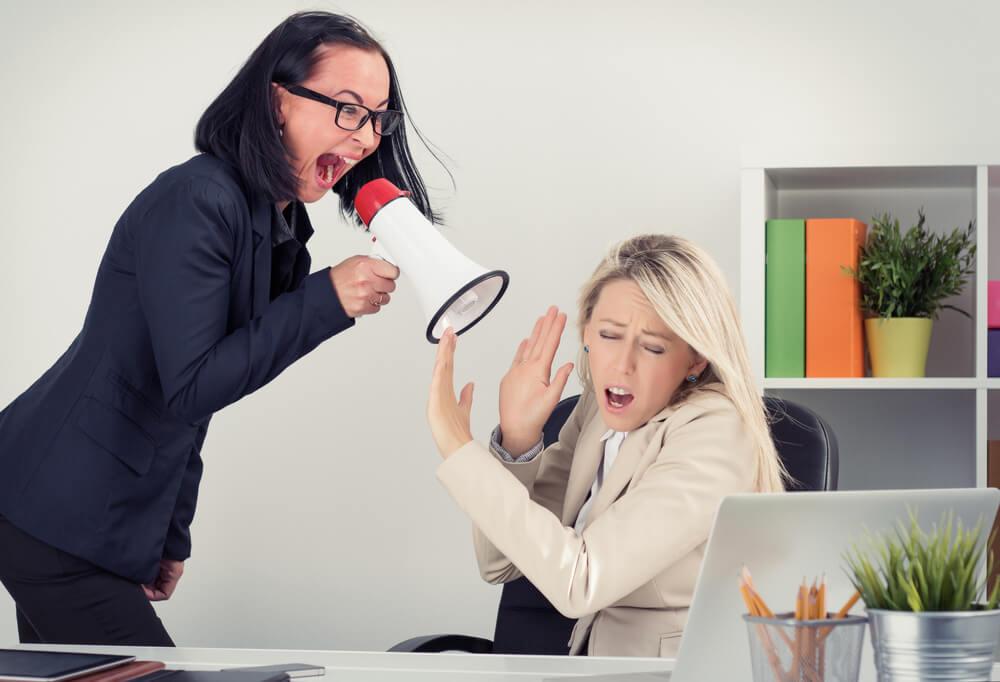 Una psicópata profesional ejerciendo el cargo de control en una empresa, gritando ordenes a su empleada