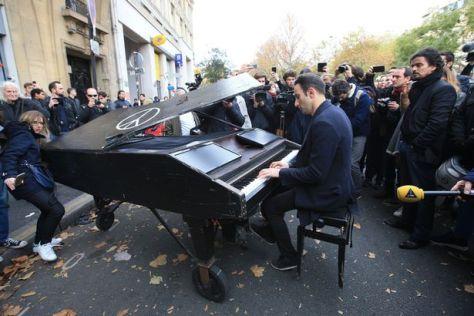 Neznámy klavírista hrá Lennona a Čajkovského na ulici pred koncertnou sálou BATACLAN