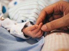 Η πρώτη σχέση ανάμεσα στην μητέρα και το βρέφος είναι γεμάτη από βλέμματα, αφή, συνειδητών και ασυνείδητων μηνυμάτων