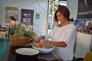 A Novidade deste ano da feira foi a iniciativa dedicada à gastronomia, que ao longo dos três dias vai reuniu chefes de cozinha para mostrarem aos visitantes pratos confecionados com produtos locais, com especial destaque para a maçã, vinho e azeite/ Foto: Salomé Ferreira