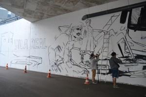 Pedro Podre a pintar o mural no Terminal Rodoviário / Foto: Salomé Ferreira